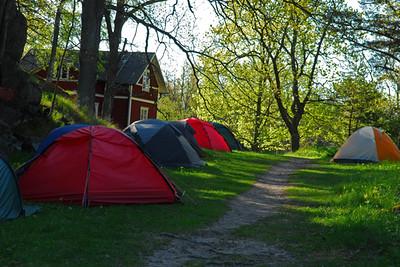 Tidig morgon i lägret, aldeles inpå knuten till skärgårdsstiftelsens lilla torp på ön