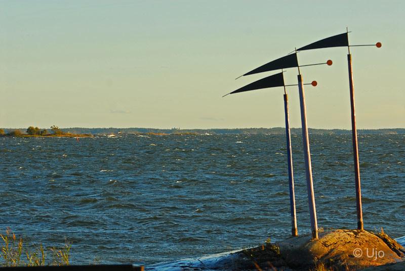 Skulturgruppen bris, kuling, storm.... I horisonten ser man faktiskt Läckö slott.
