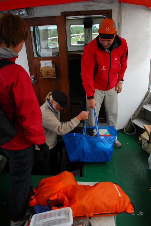 Sune Westerberg kom med båten och stuvade ner ett antal kassar på durken.