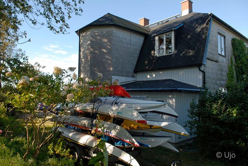 På Lördagmorgon var det 19 m/s vid Lurö= ingen paddling, så vi gömde kajakerna bakom vandrarhemmet.
