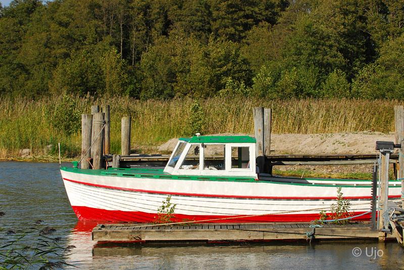 En av de småbåtar som går ner till Läckö.