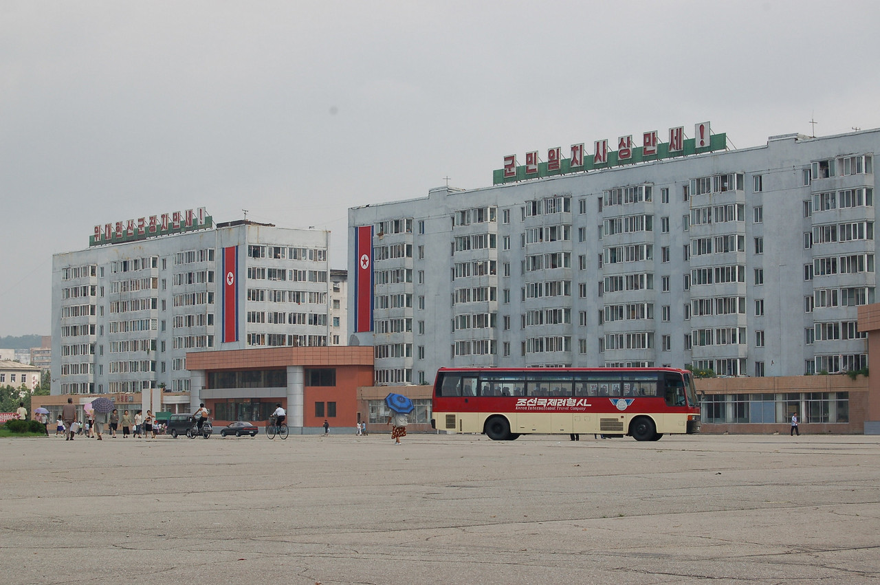 Pyongyang street   our bus