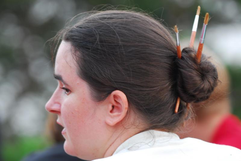 Jenifer har ordning på både håret och penslarna.