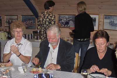 Sosialt med skalldyr: Hilde, John og Grete