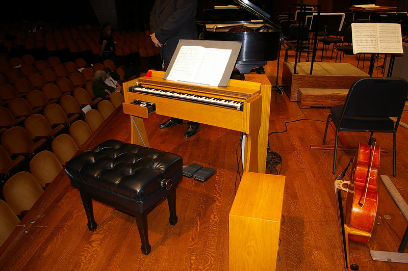 This is the ondes Martenot played by Thomas Bloch.