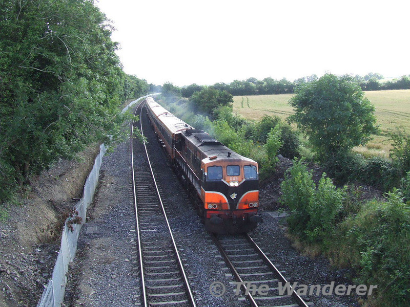 083 hammers pass Stacumny Bridge with the 0935 Heuston - Waterford. Sun 29.07.07