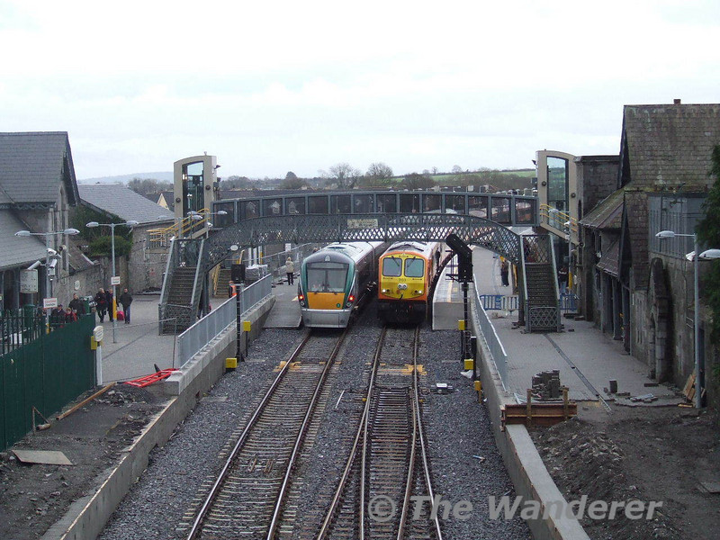 203 waits at Portarlington with the 1305 Heuston - Westport - things were about to get interesting! Sun 13.01.08