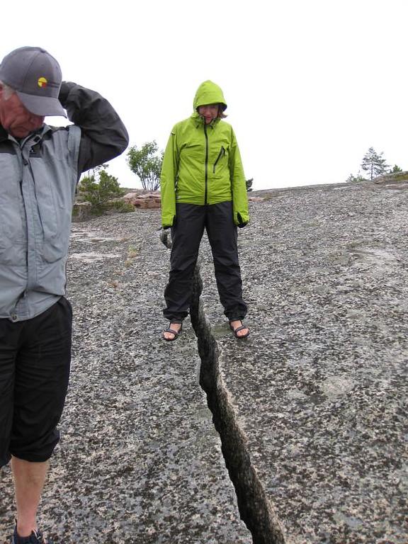 Bengt och Alice  kollar en av sprickorna på Sälö