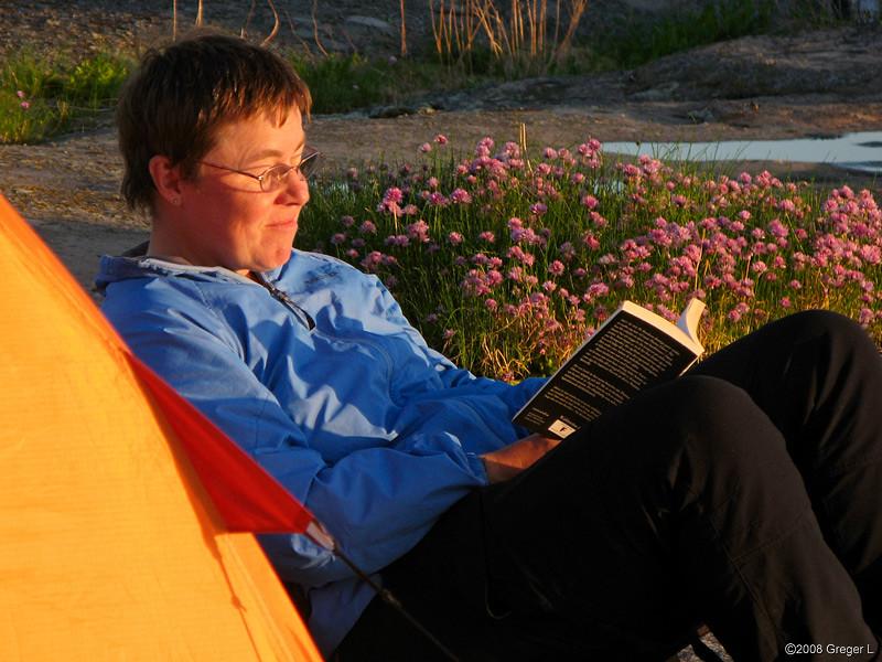 Bokläsning i kvällssolens sken, intill gräslöksrabatten