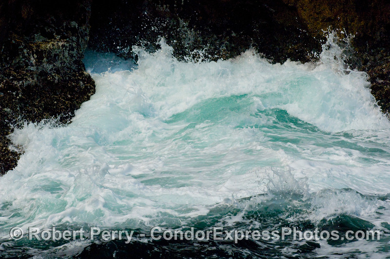 Intertidal wave crash 2008 06-25 Sta Cruz Isl--125