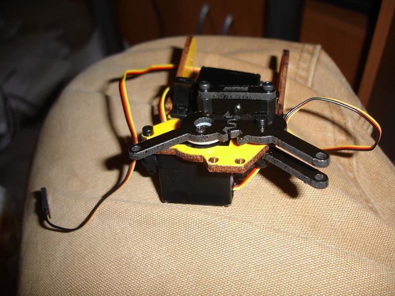 Assembling gripper mechanism