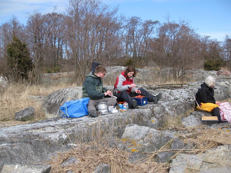 Bengt, Ingrid och Kerstin intager behövlig lunch