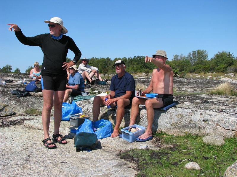 Peter, Kjell  och Lars diskuterar var  Utklippan ligger