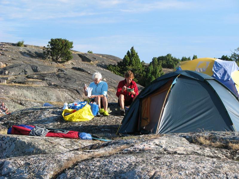 Peggy och Kerstin äter frukost på Åkerholmen vid Arnö - Ornö