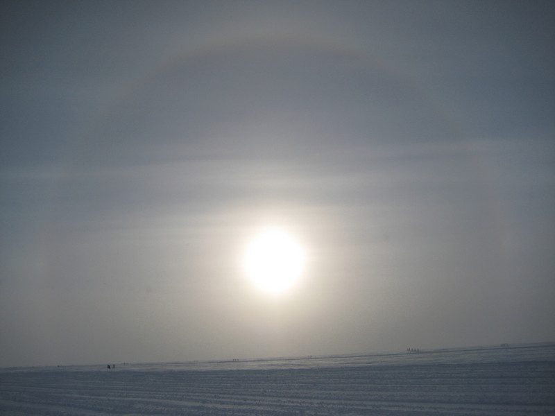 Halo over ice surface. <br /> <br /> Halo over isen.