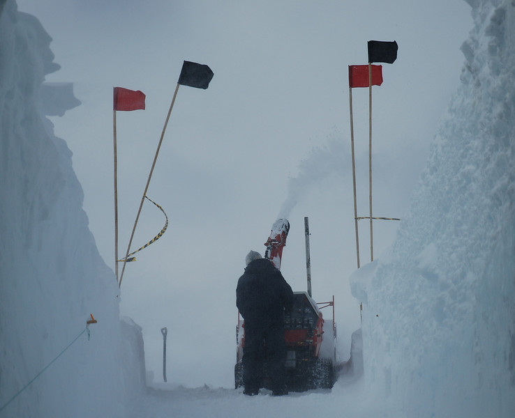 Entrance to drill trench is being blown.<br /> <br /> Indgangen til borehallen blæses ud.<br /> Photo: Henning Thing
