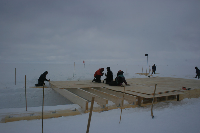 Roof of the science trench is put down. <br /> <br /> Der lægges tag på laboratoriehallen.<br /> Photo: Sebastian Bjerregaard Simonsen