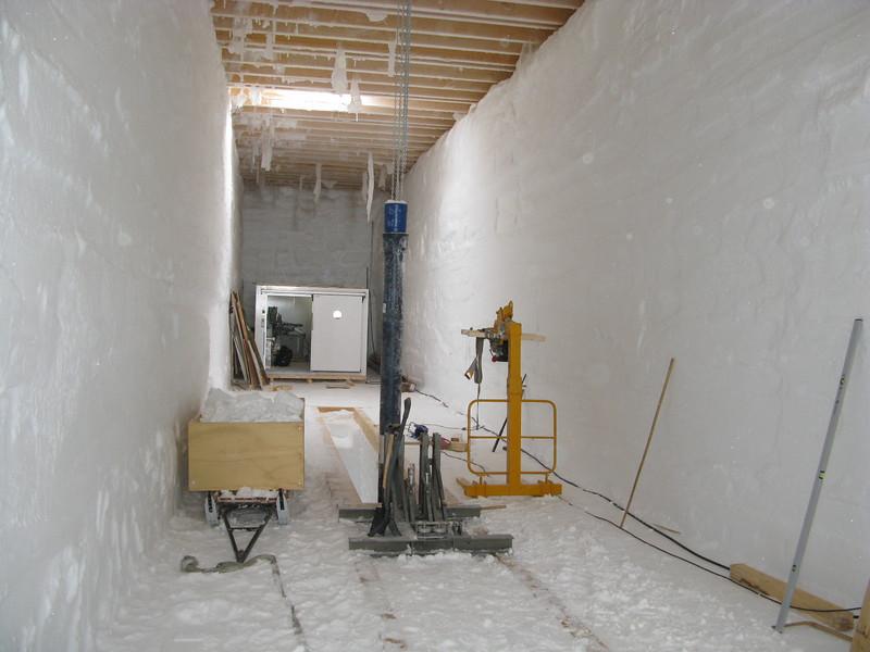 Drill trench with shallow drill.<br /> <br /> Borehallen med boret der skal bore de øverste 100 m. <br /> Photo: Thomas Stocker