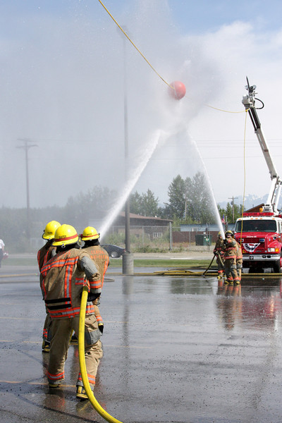 The object of the game is simple: push the ball to the other end of the rope with your hose stream.