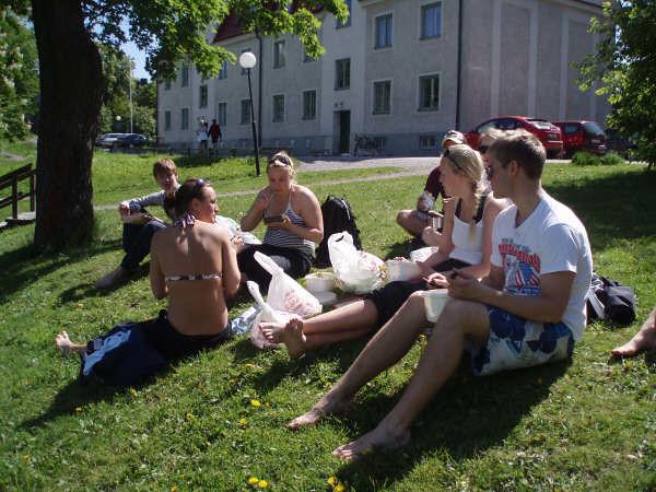 Lunch i solskenet på Långholmens badstrand.JPG