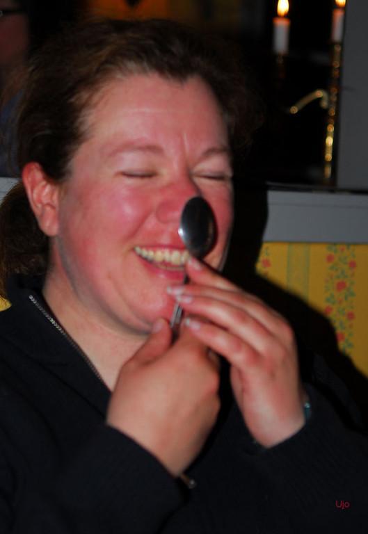 Karin hade svårt att kordinera skeden och skrattet...