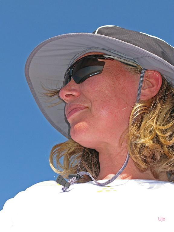 Anne-Marie i en praktisk hatt