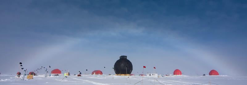 Halo over camp.<br /> <br /> Halo over lejren.<br /> Photo: Tim Burton