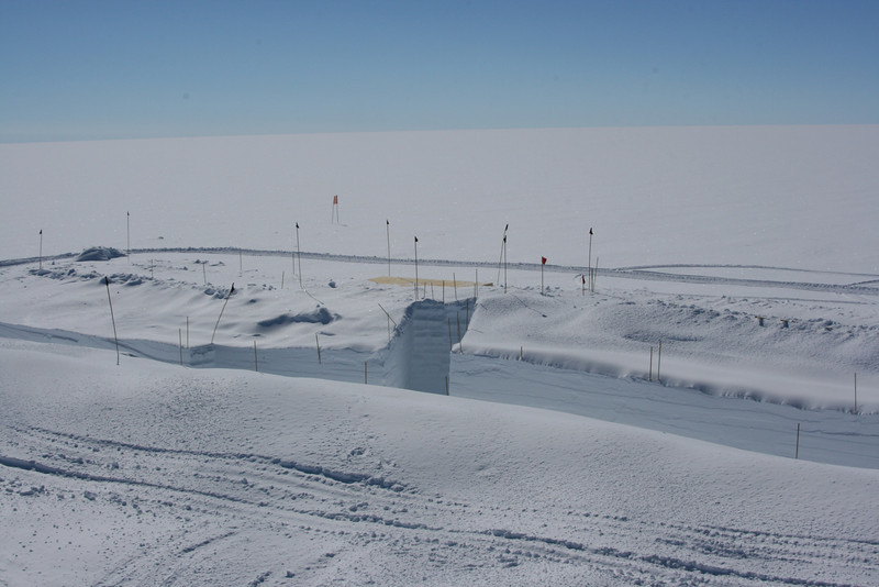 View over drill and science trench. <br /> <br /> Kig hen over bore- og laboratoriehallerne.<br /> Photo: Sebastian Bjerregaard Simonsen