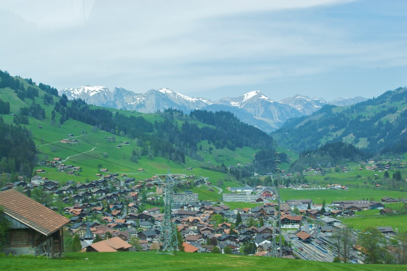 A town in the mountains between Zweisimmen and Montreux.