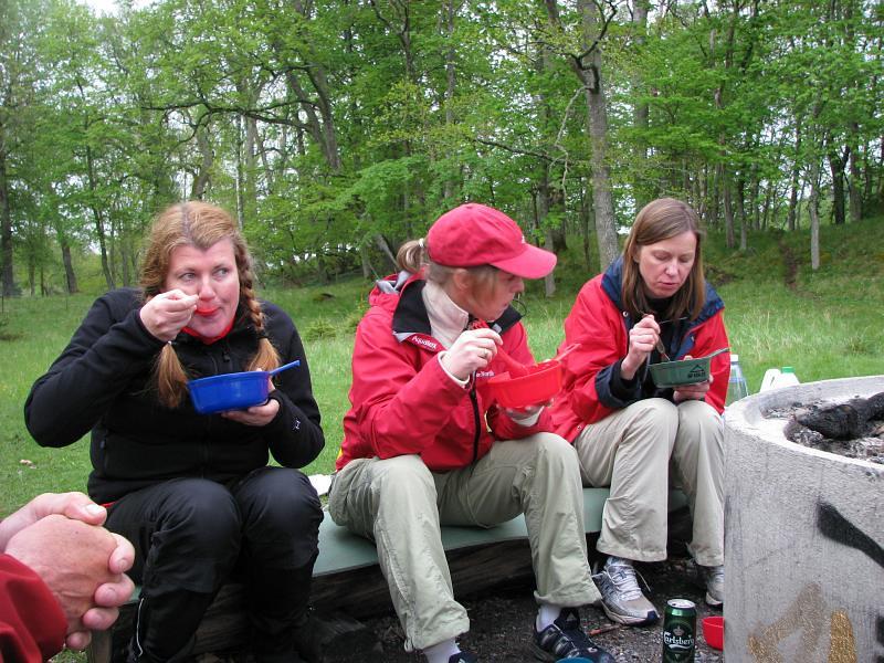 Anette, Helena och Pernilla vid grillplatsen intagandes lunch