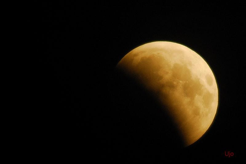 fram på småtimmarna kikade vi på månförmörkelsen som skapades genom att månen hamnade i skugga av jorden