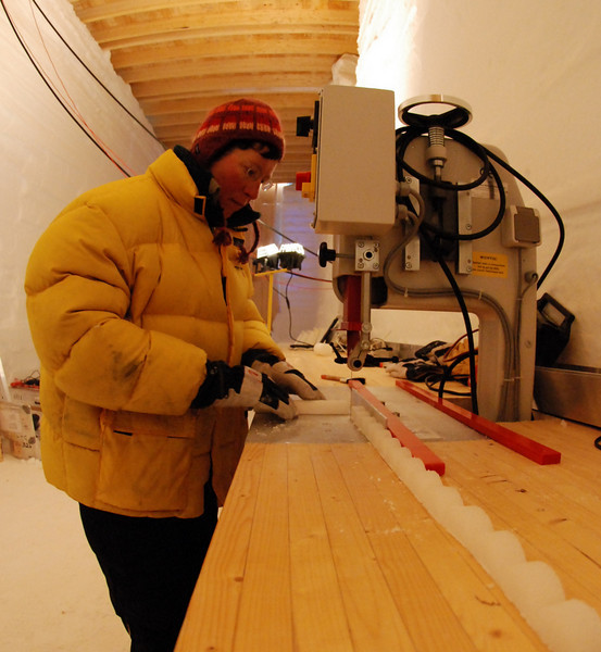 Ice samples for isotope measurements are cut.<br /> <br /> Isprøver til isotopmålinger skæres.<br /> Photo: Henning Thing