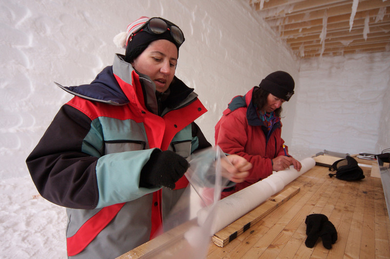 Dorthe and Valerie packing ice cores. <br /> <br /> Dorthe and Valerie pakker borekerner.