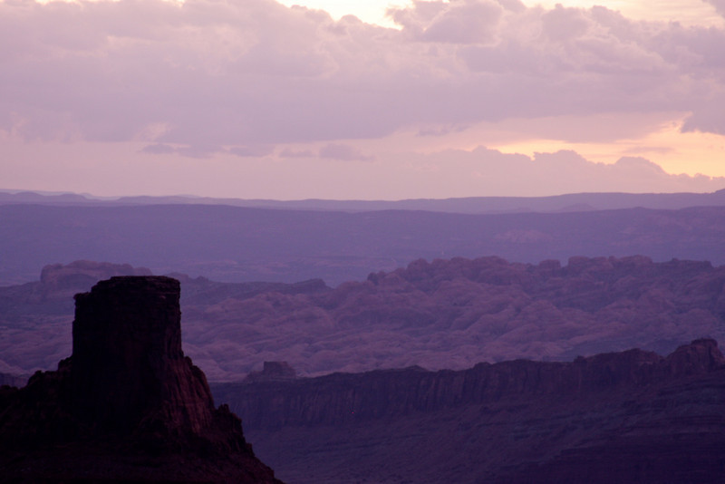 Dead Horse Point present an enormous view of the surrounding desert.