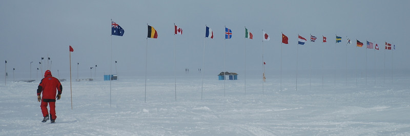 The flag line with the cargo in the background.<br /> <br /> Flagrækken med last-paller i baggrunden<br /> Photo: Henning Thing