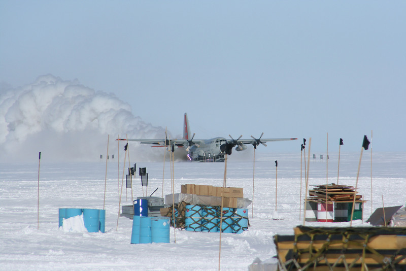 Rockets on the plane help during take off. <br /> <br /> Raketter på flyets sider giver et ekstra skub.