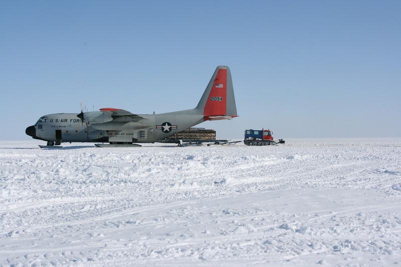 Plane drifting cargo while still in motion.<br /> <br /> Paller skubbes ud af flyet inden det står stille.