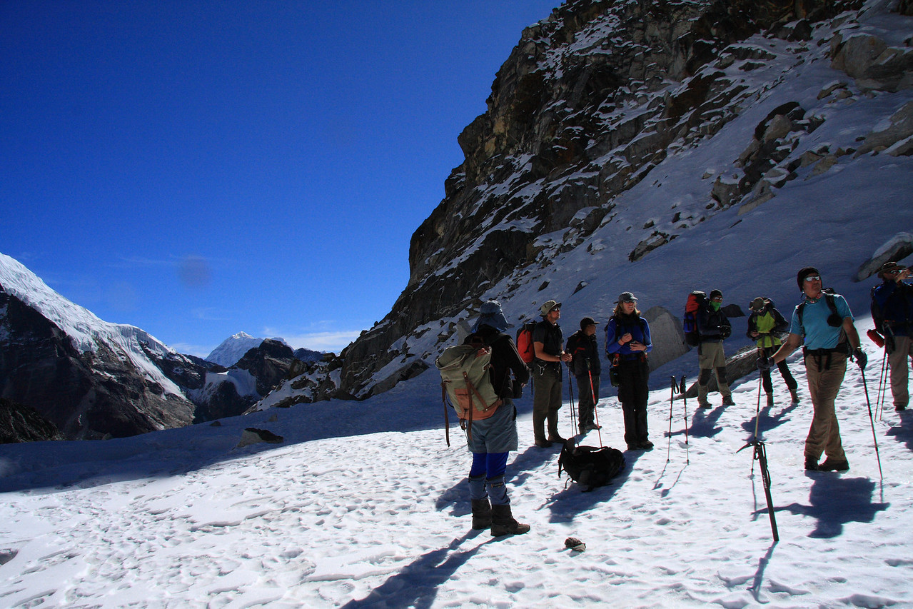 The group gathers near the top of Cho La pass. (5690m)