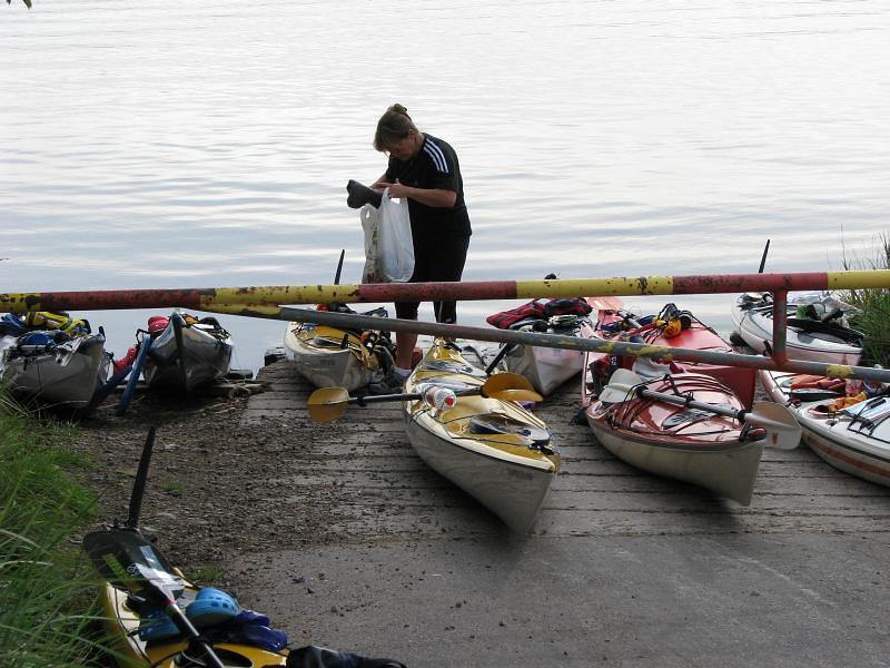 Rosel packar kajaken vid Rävsnäs