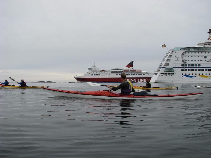 Vi går på västra sidan av leden och båtarna går mitt i, ingen vind just nu