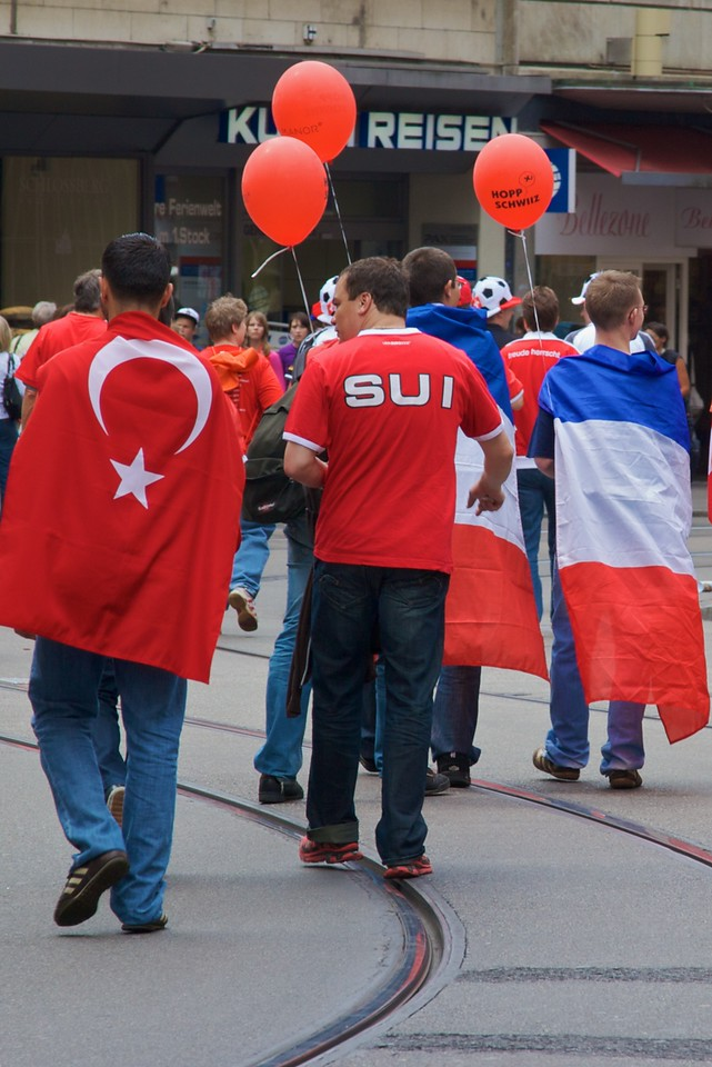 Shoulder-to-shoulder • The fact that both countries' colours are red and white meant that it was often difficult to distinguish between the Swiss and Turkish soccer supporters. The fact that their team wasn't playing that evening doesn't seem to have perturbed a couple of French supporters, though…