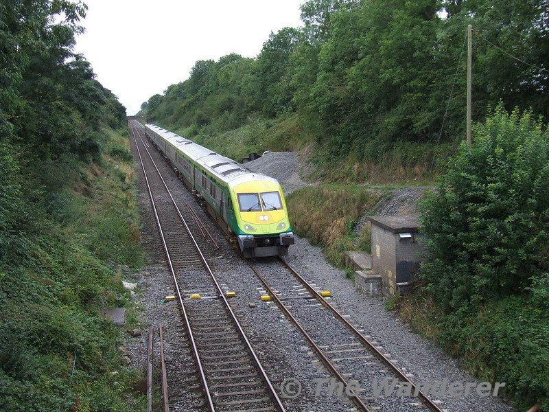 4002 leads the 0730 Cork - Dublin Heuston G.A.A. Special past Ballybrophy Hot Box Detector. 225 was propelling at the rear. Sun 31.08.08
