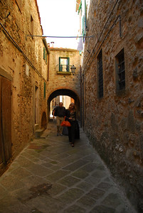 Tim and Corinne following along the streets of Roccatederighi