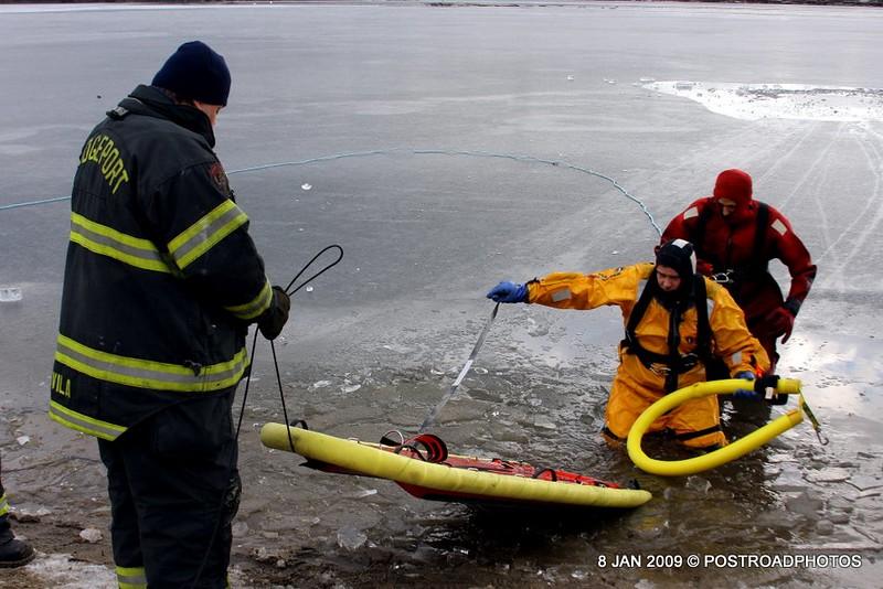 20090108_bridgeport_conn_fd_ice_rescue_training_lake_forest_DP-143