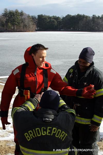 20090108_bridgeport_conn_fd_ice_rescue_training_lake_forest_DP-101
