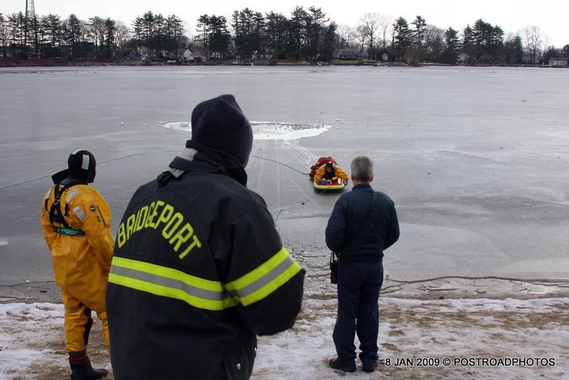 20090108_bridgeport_conn_fd_ice_rescue_training_lake_forest_DP-142