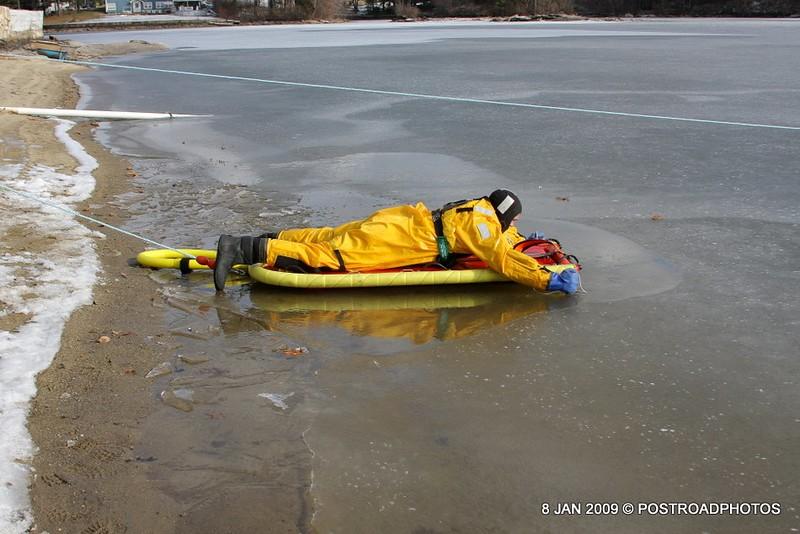 20090108_bridgeport_conn_fd_ice_rescue_training_lake_forest_DP-122