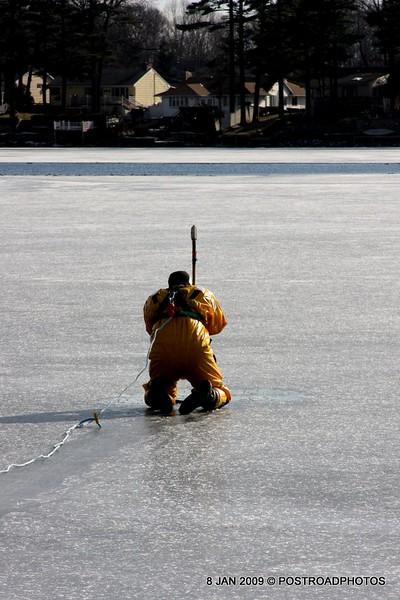 20090108_bridgeport_conn_fd_ice_rescue_training_lake_forest_DP-112