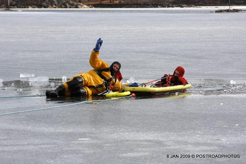 20090108_bridgeport_conn_fd_ice_rescue_training_lake_forest_DP-127
