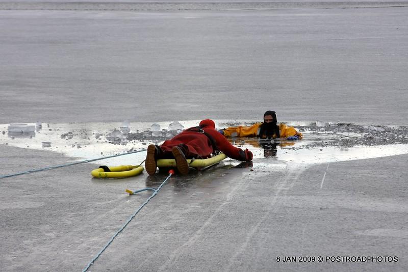 20090108_bridgeport_conn_fd_ice_rescue_training_lake_forest_DP-136